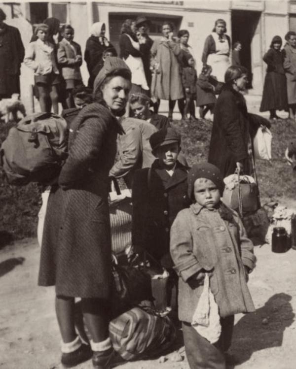 Maminka Františka společně s kluky při evakuaci ze Slovenska v říjnu 1944. Zdroj: Paměť národa