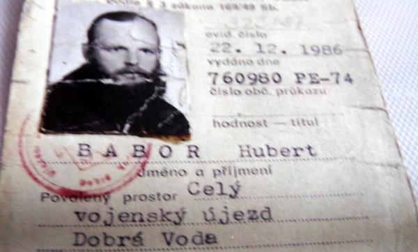 Povolení lesníka Huberta Babora pro vstup do vojenského újezdu.