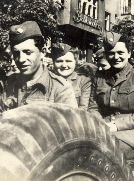Slavnostní přehlídka v Praze 17. května 1945. Foto: Zeny-bojujici.cz