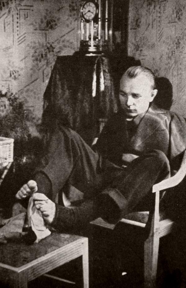 František při zašívání.