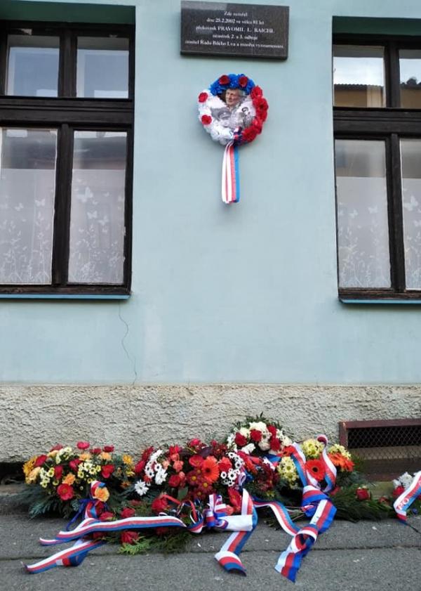 Naši kolegové v Plzni dnes položili květiny k pamětní desce na domě, kde zemřel Pravomil Raichl. Zdroj: Paměť národa