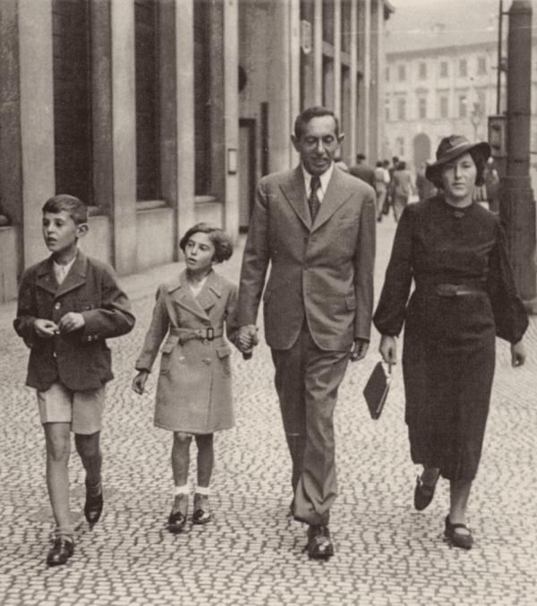Rodinná procházka po pražských Příkopech. Zdroj: Paměť národa