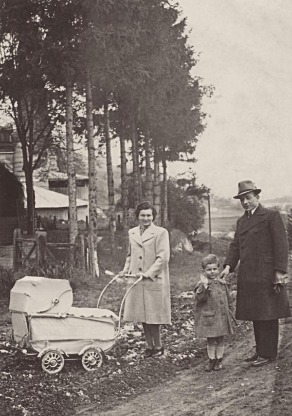 S otcem, matkou a bratrem v kočárku v roce 1941. Zdroj: Paměť národa