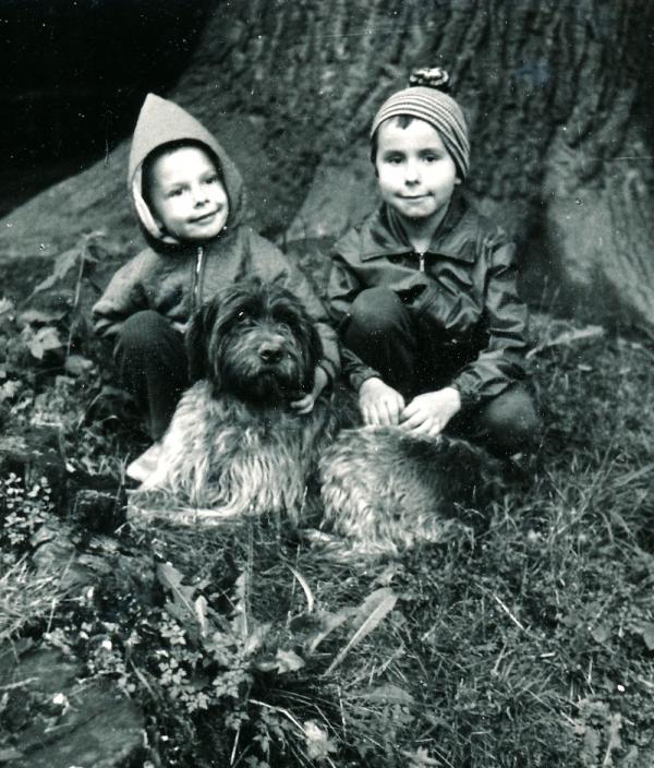 S mladším bratrem v lese. Foto: Paměť národa