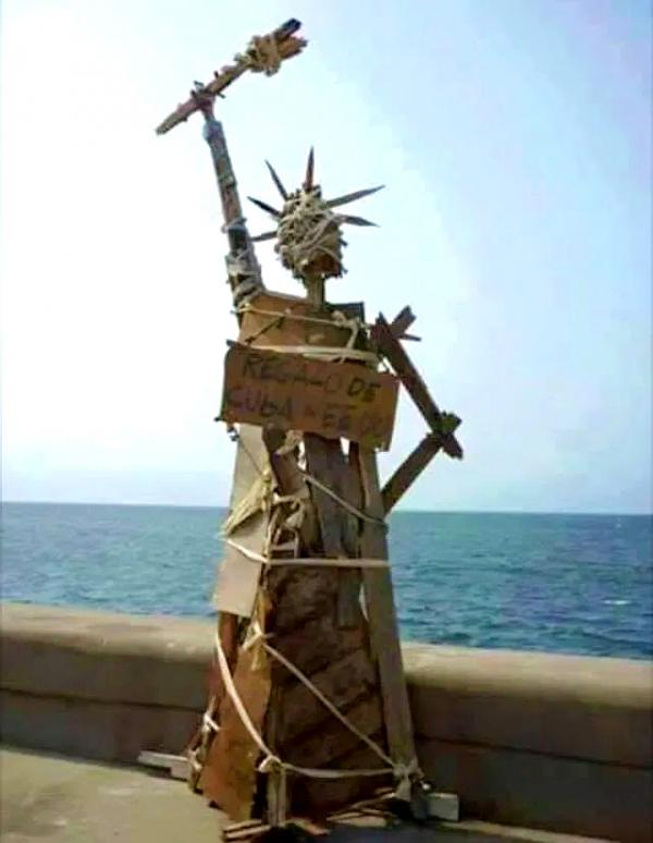 Dvoumetrovou Sochu svobody Luis Manuel vytvořil v roce 2012 jako dárek Kuby ke Dni nezávislosti USA a postavil ji na slavnou havanskou promenádu Malecón. Foto: Facebook Luise Otery