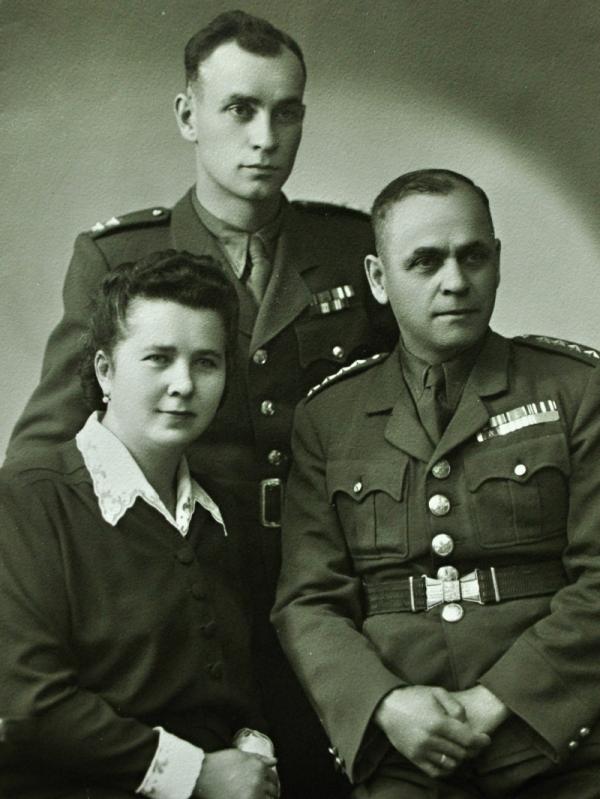 S rodiči po válce. Po únoru 1948 byl z armády vyhozen i jeho otec František. Foto: Paměť národa