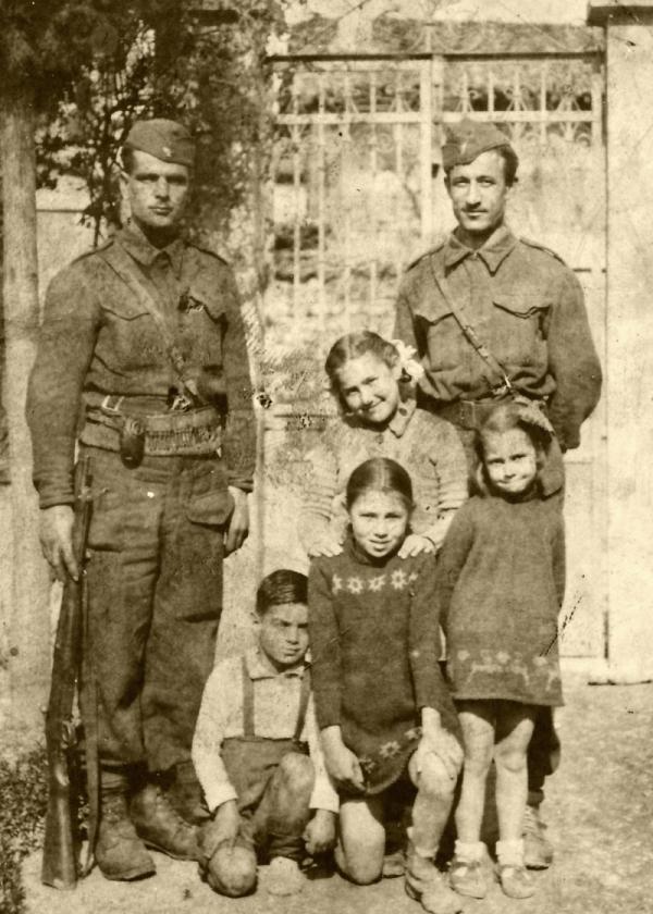 Stelios Papasavoglu (vlevo) v odboji v roce 1946. Foto: Paměť národa