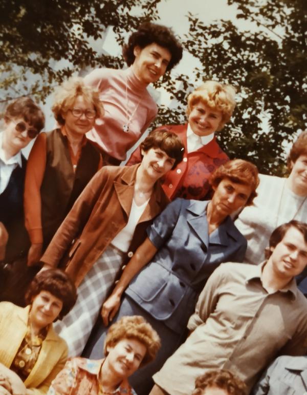 Soudružky učitelky a vychovatelky a pionýrský vedoucí jedné pražské základní školy v 80. letech. Zdroj: Paměť národa