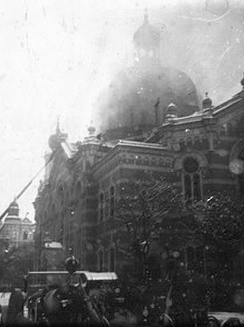Fotografie hořící synagogy – zdroj: Židovská obec Olomouc