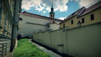 Uvnitř areálu bývalé vojenské věznice, který sousedí s Loretou. Foto: Post Bellum