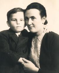 S maminkou po válce, 1945