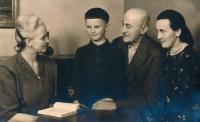 Po válce s rodinou - teta Věnceslava, Vladimír, děda Petrusek, maminka, 1945