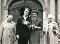 """Svatba 1963, vlevo """"válečná"""" maminka Anna, vpravo teta Věnceslava"""