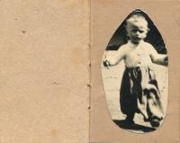 matčino miniaturní album s fotkou syna, z Ravensbrücku