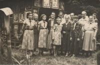 Ženy u kaple svaté Anny v Potučníku