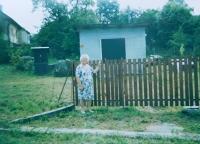 Anna Kršková v místě, kde stával rodinný dům v Hynčicích nad Moravou