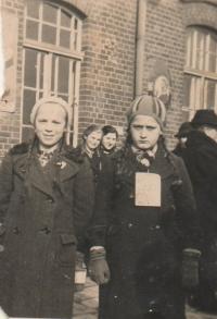 Anna Matysová (Kršková) při návštěvě Německa na nádraží v Hamburku v roce 1938. Museli mít cedulky se jménem