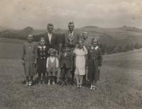 Anna Matysová (Kršková) se sourozenci Hertou a Kurtem v Německu na prázdninách v roce 1938