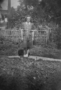 Anna Matysová (Kršková) na zahradě rodinného domu v Hynčicích nad Moravou