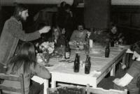 Život na hradě Seeberg, zleva: Charlie Soukup, Ivan Čeleda a neznámý muž s knírem. Ostroh, 1973