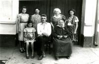 Jaroslavův dědeček Emil Navrátil na rodinné předválečné fotografii.