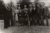 Veronika Maňáková (čtvrtá zleva) se sourozenci a rodiči na Valašsku, 1955