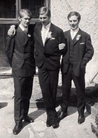 Jindřich Machala (první zprava) s bratry Svatoplukem a Jaromírem, cca 1970