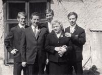 Jindřich Machala (první zprava) s bratry, matkou a jejím třetím mužem, cca 1970