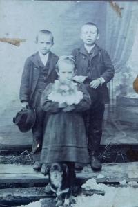 Maminka Anna Filipová se svými bratry Emilem a Willim