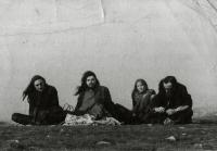 Skupinová fotografie z akce Keep Together, zleva: Pavel Zajíček, Vladimír Smetana, Míša Zajíčková a kamarád Maxim z Příbrami. Praha, 1972