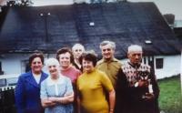 Rodina před jejich domem v Hynčicích nad Moravou