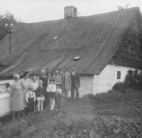 Rodina před rodným domem Anny Krškové (Matysové) v Hynčicích nad Moravou