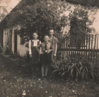 Sourozenci Matysovi - Herta, Kurt a Anna v roce 1941 v Hynčicích nad Moravou