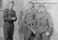 Stanislav Stojaspal (uprostřed) na vojně v Prešově