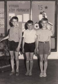 Jakub Sviták (vlevo) s kamarády ve škole, 1963