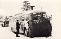 Otec Jakuba Svitáka se svým autobusem