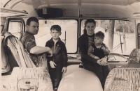 Jakub Sviták s otcem, matkou a mladším bratrem v otcově autobusu, asi 1962