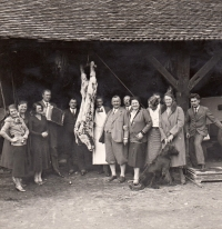 Pig slaughter at grandfather's Klement Vítek 's house (fifth from the right) in Vlkoš. Karel Engliš (fifth from the left) also in attendance. Picture dates to the 1920s
