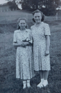 Vpravo Anna Matysová (Kršková)