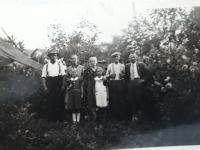 Zleva Josef Matys, Anna Matysová, Brigita Filipová, kdosi neidentifikovaný a Emil Filip