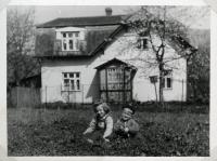 Jaroslav Malík se sestrou před rodinným domkem ve Zlatých horách (polovina 60. let)