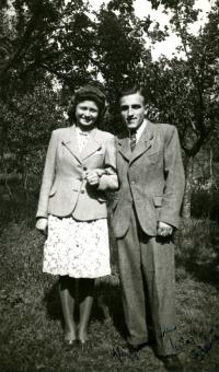 Rodiče Jaroslava Malíka po nastěhování do Zlatých hor (50. léta).