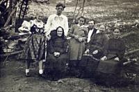 Matka a otec Jindřicha Machaly (první a druhý zleva) s jeho rodiči, babičkou a tetami, Hovězí