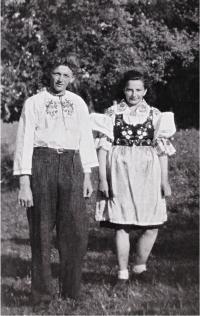 Otec Jindřicha Machaly se sestrou, Hovězí