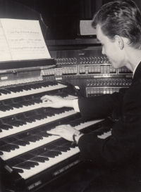 František Kunetka playing at a concert for the laureates of young organ players in September 1968 in the Church of Saint Maurice in Olomouc