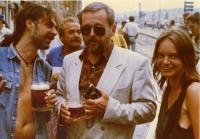 S primátorem Jaroslavem Kořánem během tzv. pivního happeningu u budovy Mánesa. Praha, léto 1990