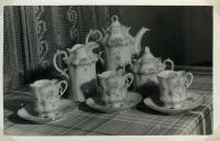 Porcelánový servis odkoupený Jaroslavovou tetou od majitelů brněnské vily Stiassni, kteří před válkou emigrovali do Spojených států.