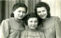Tři dcery Jaroslavova dědečka Emila Navrátila. Maminka Marta Navrátilová (později Malíková) první z prava.