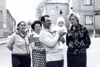 Sovětská rodina na náměstí v Městě Libavá