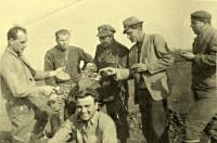Strýc Jindřicha Machaly Jaroslav Maňák (první zleva), Nové Oldřůvky, 1946